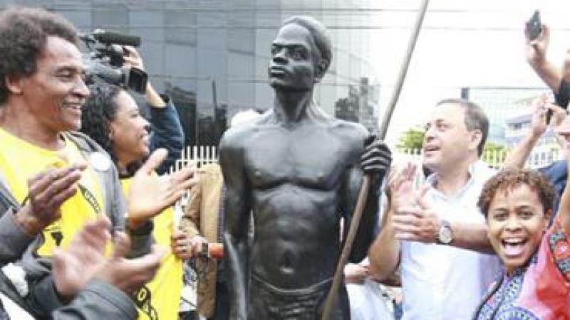 Zumbi ganha estátua de bronze no Gragoatá