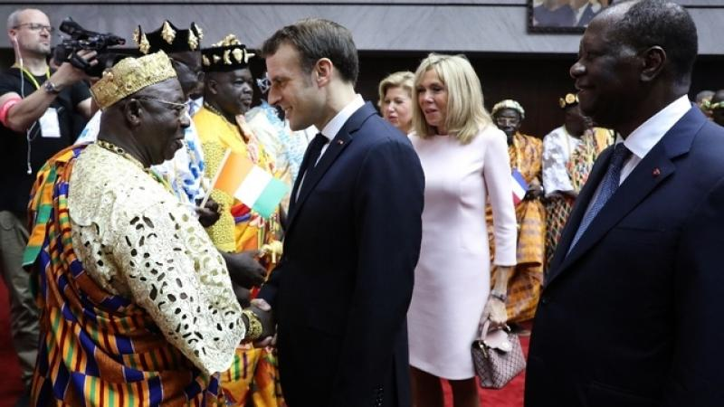 MACRON SACRE CHEF TRADITIONNEL EN COTE D'IVOIRE