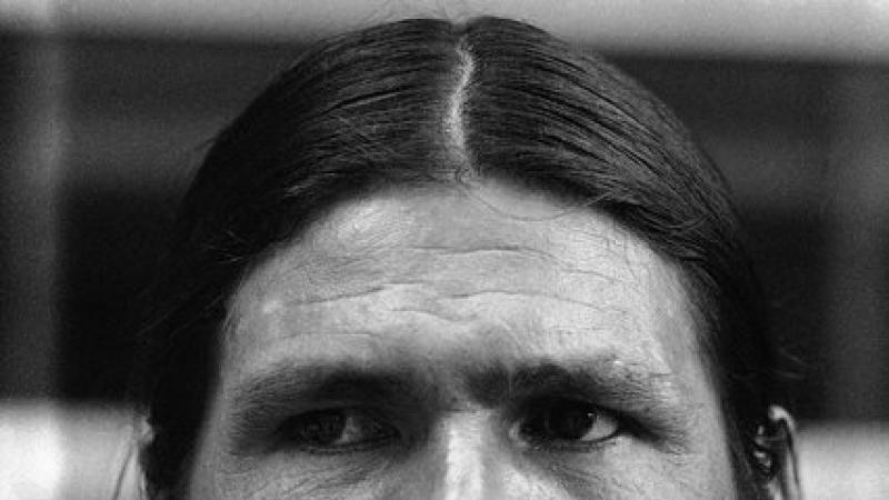 Dennis Banks chapé-monté nan Galilé pou rijwenn zanset-li