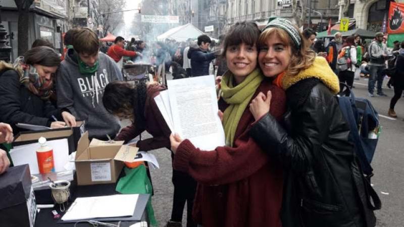 MILES DE ARGENTINOS HACEN LARGAS FILAS PARA RENUNCIAR A LA IGLESIA CATÓLICA