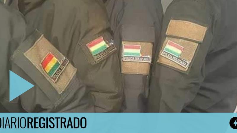 Bolivia: policías cortan la bandera de los pueblos originarios de su uniforme