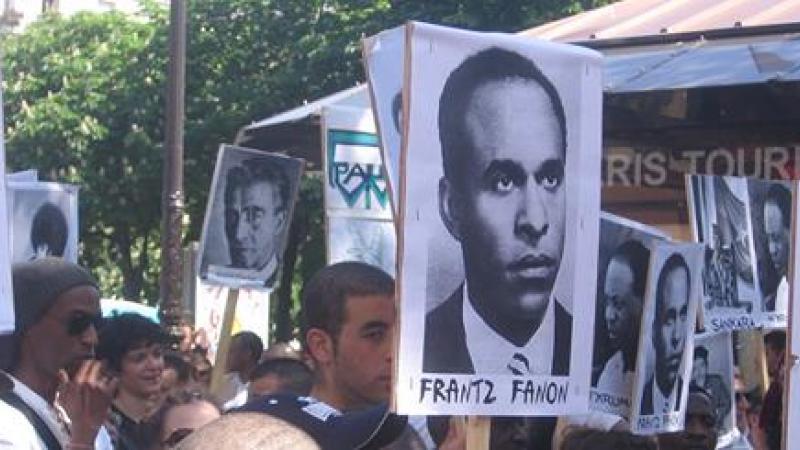 Frantz Fanon et le colonialisme à l'ère du numérique