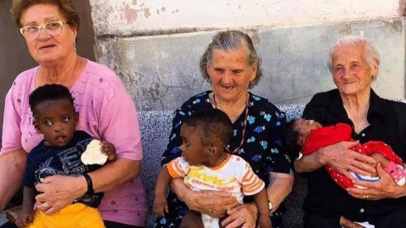 """Le nonne di Campoli con i bambini migranti in braccio. I messaggi sui social: """"Questa è l'Italia che voglio"""""""