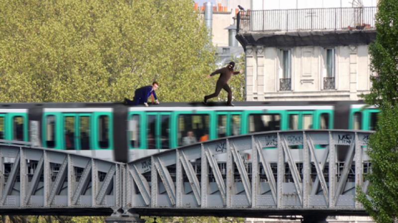 Emmanuel Macron poursuit sur le toit du métro le pickpocket qui vient de lui voler son programme