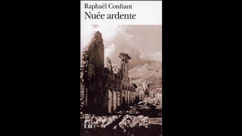 Précis de fusion créole Roman. Avec Nuée ardente, Raphaël Confiant trempe sa langue à la forge de la montagne Pelée.