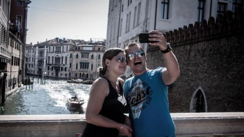 Jonathan Kluger se penche sur la folie du selfie