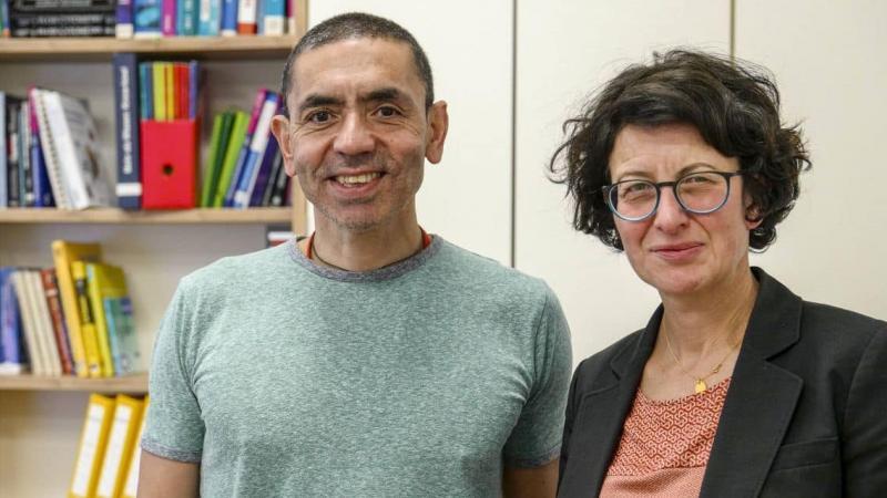 Qui sont Özlem Türeci et Ugur Sahin, ce couple d'universitaires à la base du vaccin de Pfizer contre le Covid?