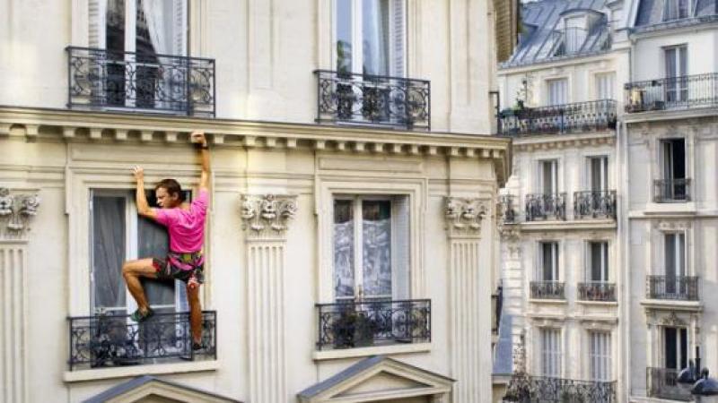 Manuel Valls aperçu en train d'escalader la façade de l'immeuble du siège d'En Marche !
