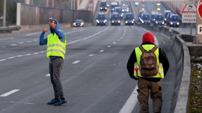 """Des """"gilets jaunes"""" livrent des migrants cachés dans un camion aux gendarmes"""