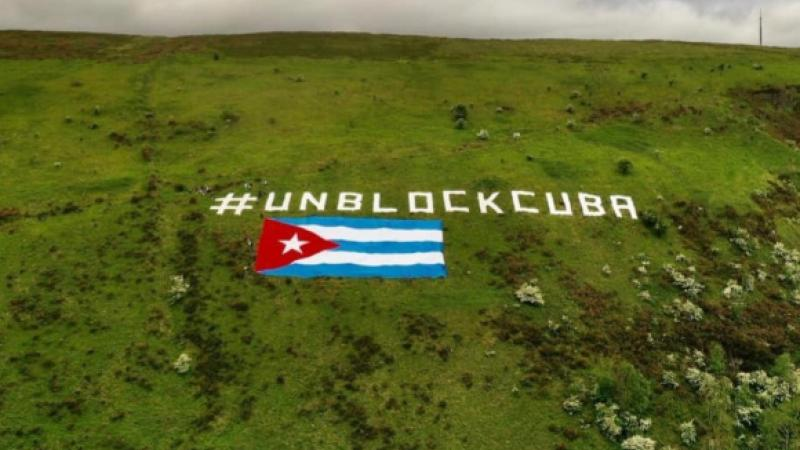 Fijan bandera cubana gigante y mensaje contra el bloqueo en montaña norirlandesa como gesto de solidaridad