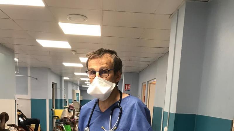 En Guadeloupe, le professeur Bernard du CHRU de Tours réorganise les urgences