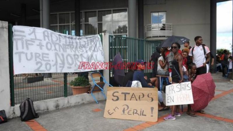 Mars-avril 2014 : 40 jours de grève sur le Pôle Guadeloupe de l'Université avec fil barbelé et destruction de serrures