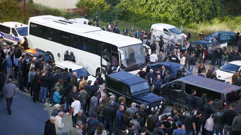 """Analyse d'un gros titre de France-Info : """"Français de m… de"""", """"négros"""", """"sales Arabes"""" : le bus transportant les footballeurs du HAC pris à partie par des supporters corses"""""""