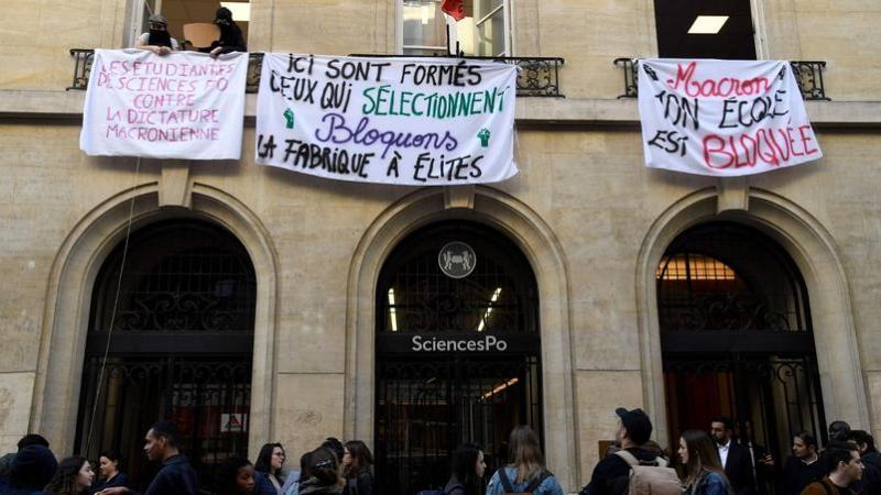 Sciences Po Paris à son tour bloquée par une centaine d'étudiants