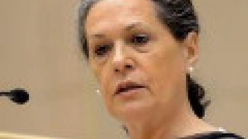 "SONIA GANDHI FUSTIGE LES ""MŒURS HONTEUSES"" QUI CONDUISENT AU VIOL"