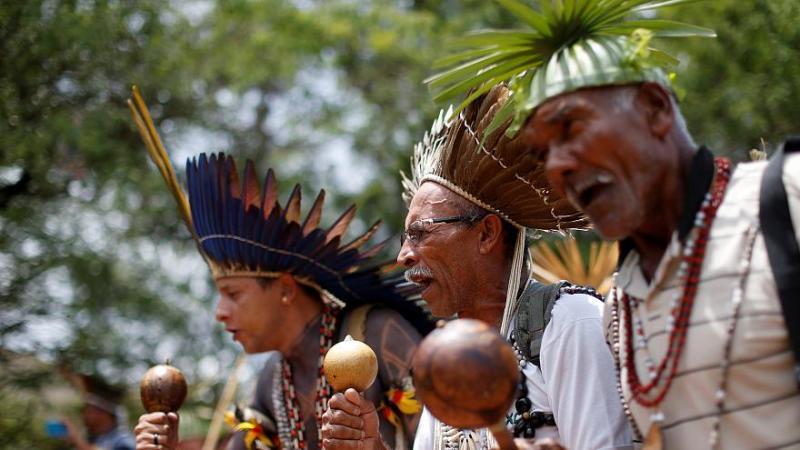 Bolsonaro jette les terres indiennes du Brésil en pâture au lobby agricole