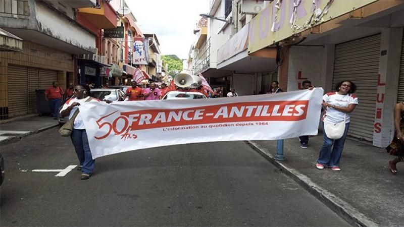 """""""FRANCE-ANTILLES LIQUIDE"""" OU COMMENT L'INTERNET TUE LA PRESSE ECRITE"""