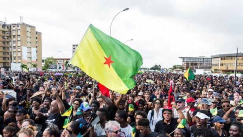 Hommage des créolistes guyanais au Pr Jean Bernabé : pou nou Gran Doko Jan Bernabé
