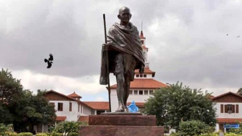 """Gandhi accusé de """"racisme"""", une statue retirée au Ghana"""