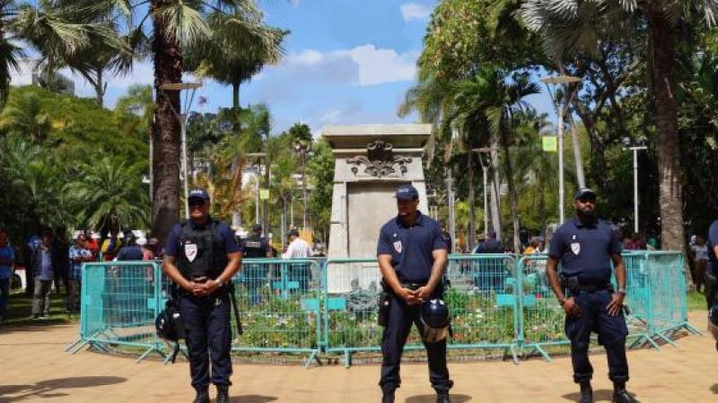 Nouvelle Calédonie, la statue de l'Amiral Olry à déboulonner. (Par Odile Veillerette)